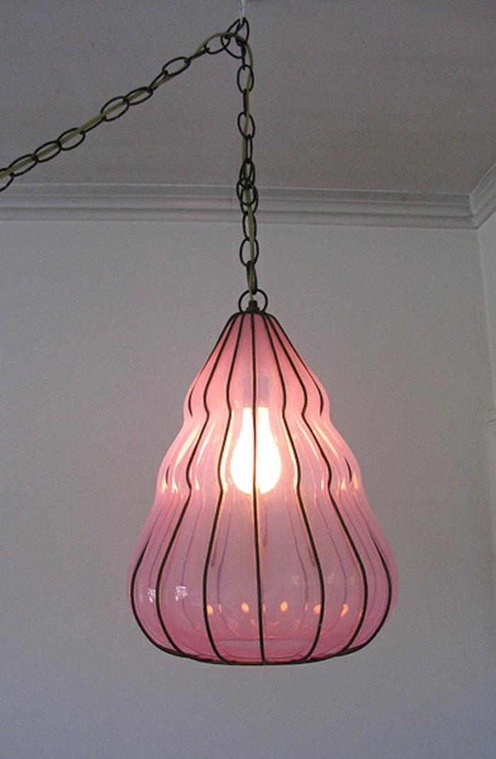 kronleuchter-in-pink-hängende-interessante-lampe