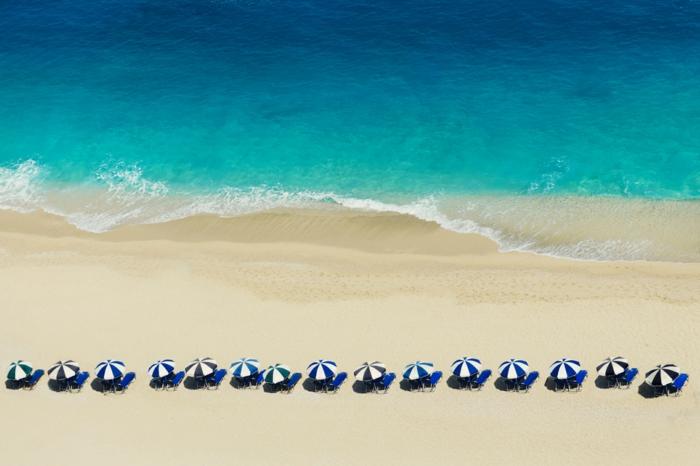 Umbrellas at Egremni beach in Lefkada Schönste Strände Europas