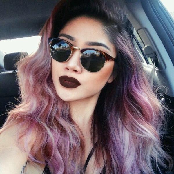 lila-haare-frau-mit-großen-sonnenbrillen - im auto