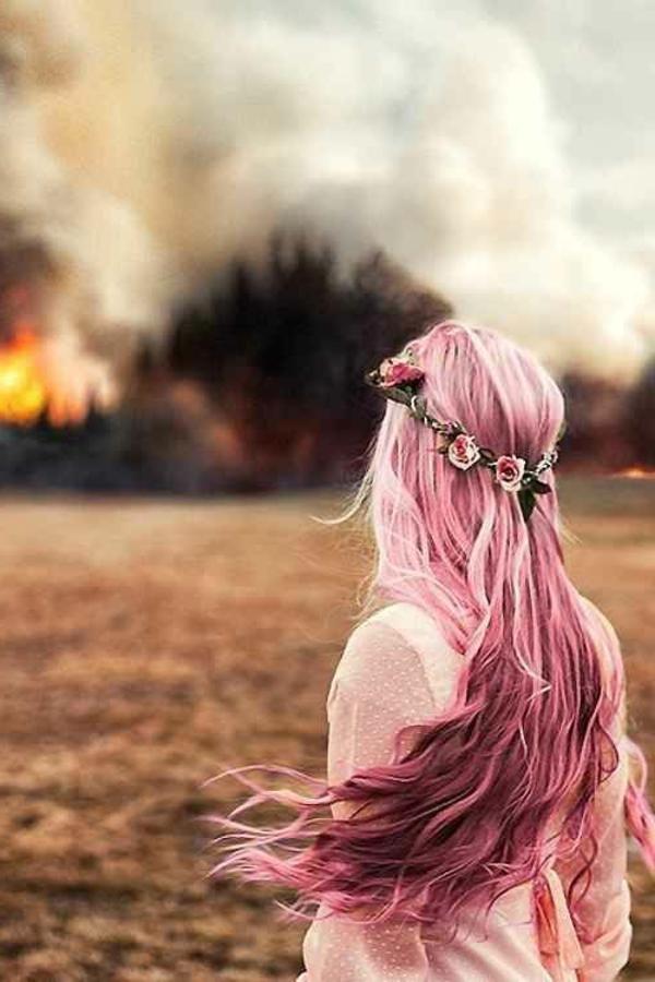 lila-haare-mit-rosigen-nuancen - feuer dahinter
