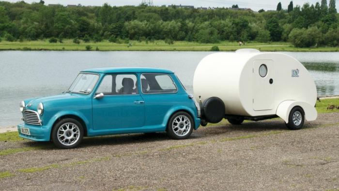 mini-wohnwagen-blaues-auto-neben-dem-see
