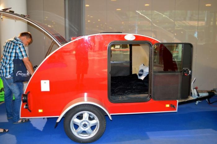 mini-wohnwagen-design-in-roter-farbe