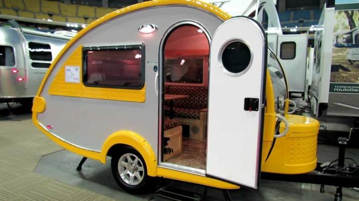 mini-wohnwagen-modell-in-gelb-und-grau