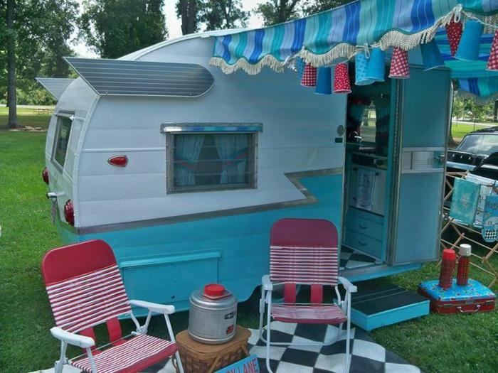 mini-wohnwagen-modell-in-weiß-und-blau