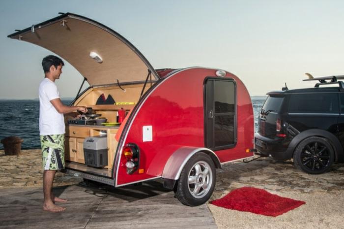 mini-wohnwagen-rotes-modell-mit-einer-kleinen-küche