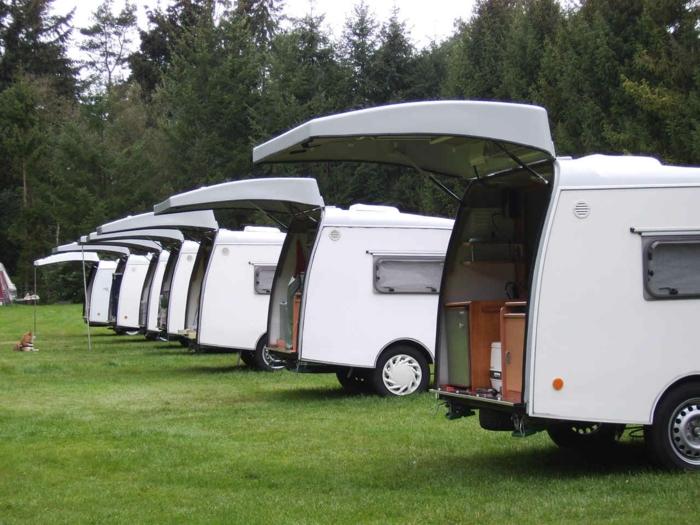 mini-wohnwagen-viele-weiße-modelle