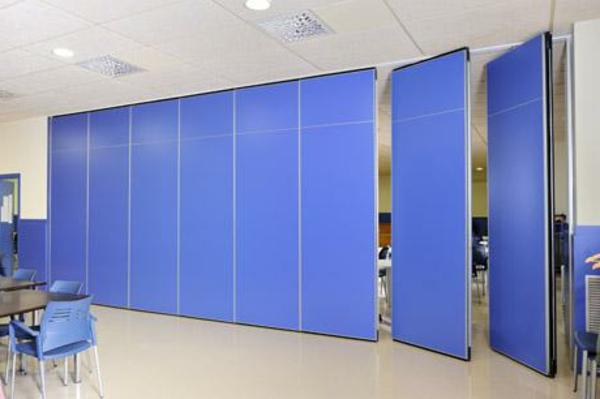 mobile-trennwände-in-blauer-farbe-sehr-schön