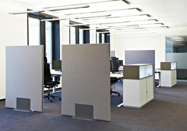 mobile-trennwände-in-weißer-farbe-im-großen-büroraum - helle zimmergestaltung