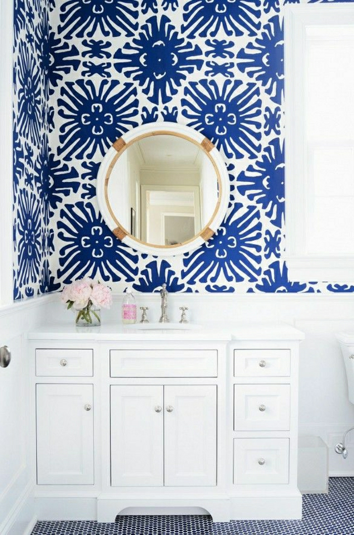 moderne-Wandgestaltung-Badezimmer-weiß-blau-Elemente