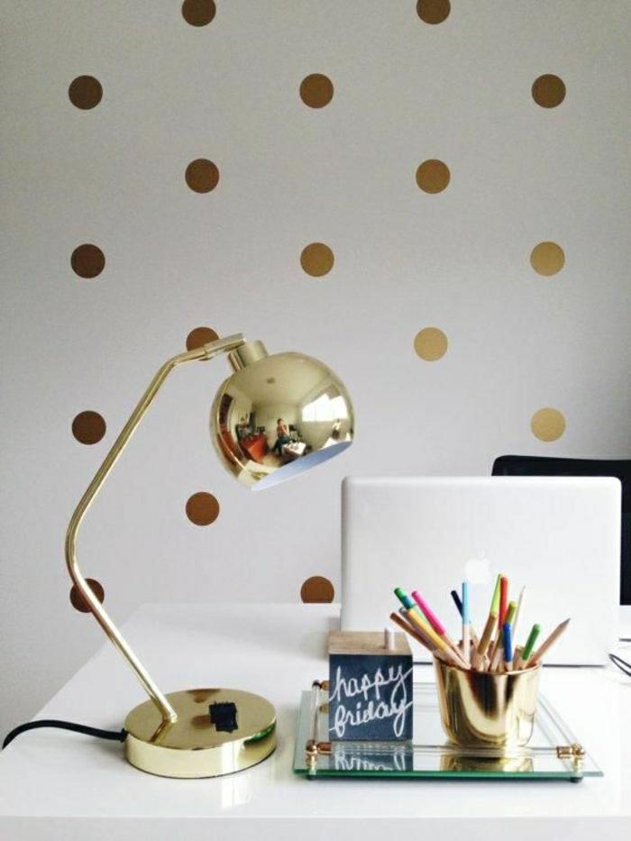 moderne-Wandgestaltung-weiß-goldene-Elemente