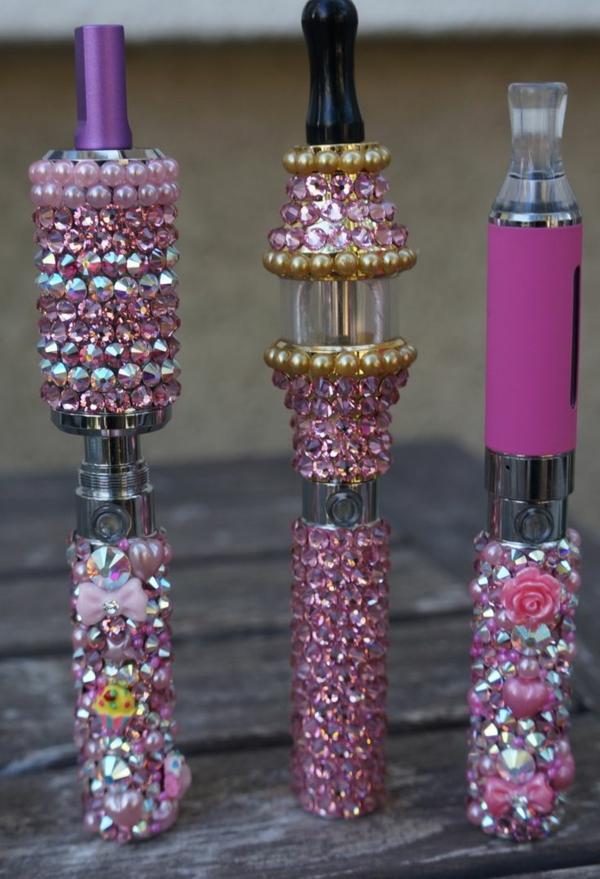 moderne-e-zigarette-drei-total-coole-stücke- foto vom nahen genommen
