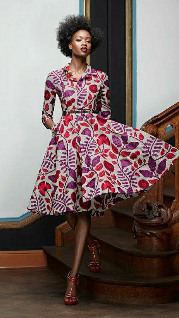 Frau-modernes-Swing-Kleid-Blumenmotive