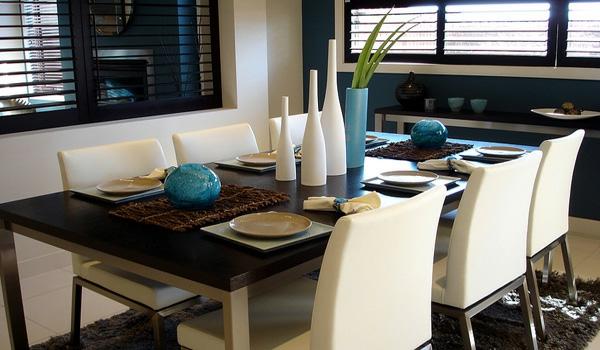 modernes-esszimmer-weiße-tolle-stühle