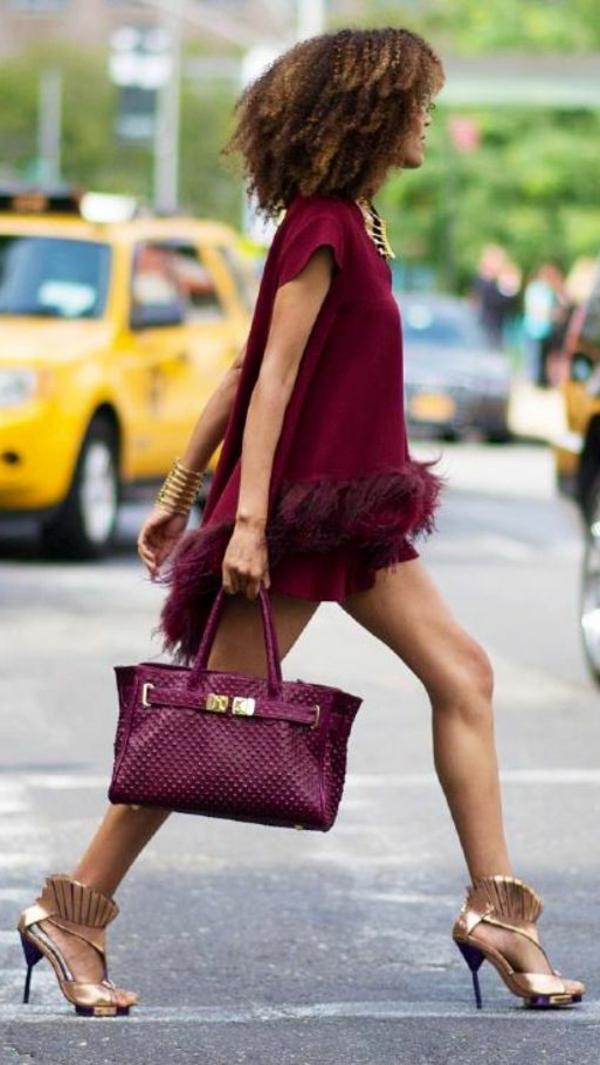 pantone-farbe-marsala-eine-schicke-elegante-frau