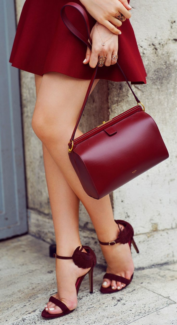 pantone-farbe-marsala-elegantes-kleid-und-schöne-handtasche