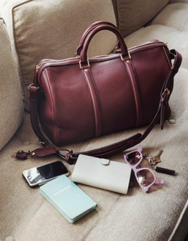 pantone-farbe-marsala-interessantes-modell-von-handtasche