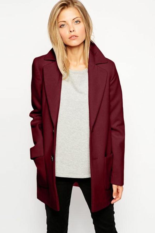 pantone-farbe-marsala-modern-angekleidete-frau - blonde haare