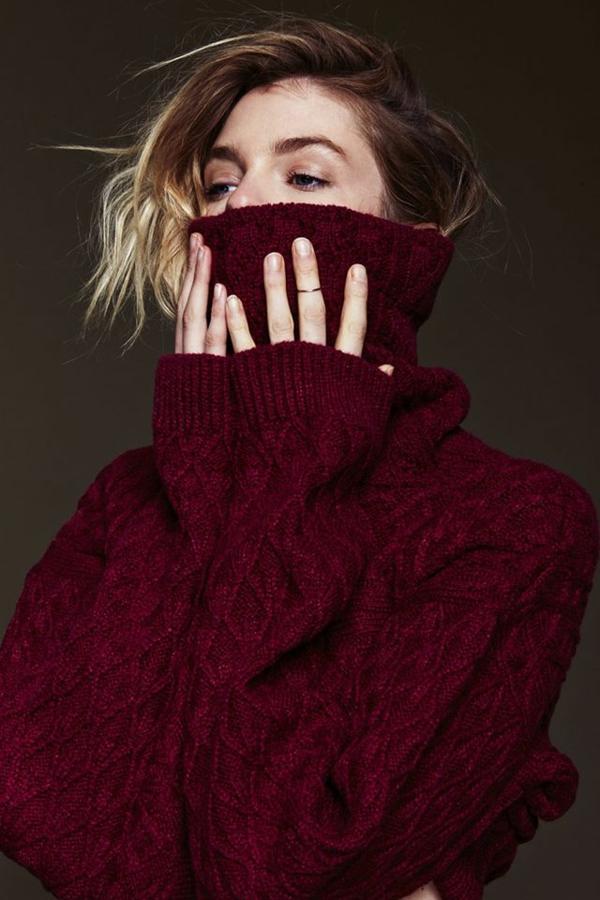 pantone-farbe-marsala-schöner-pullover - blonde frau