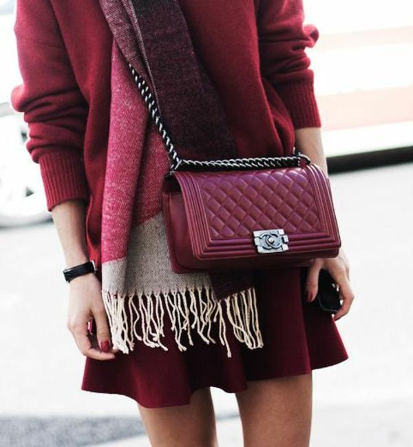 pantone-farbe-marsala-schick-angekleidete-frau - kleine tasche