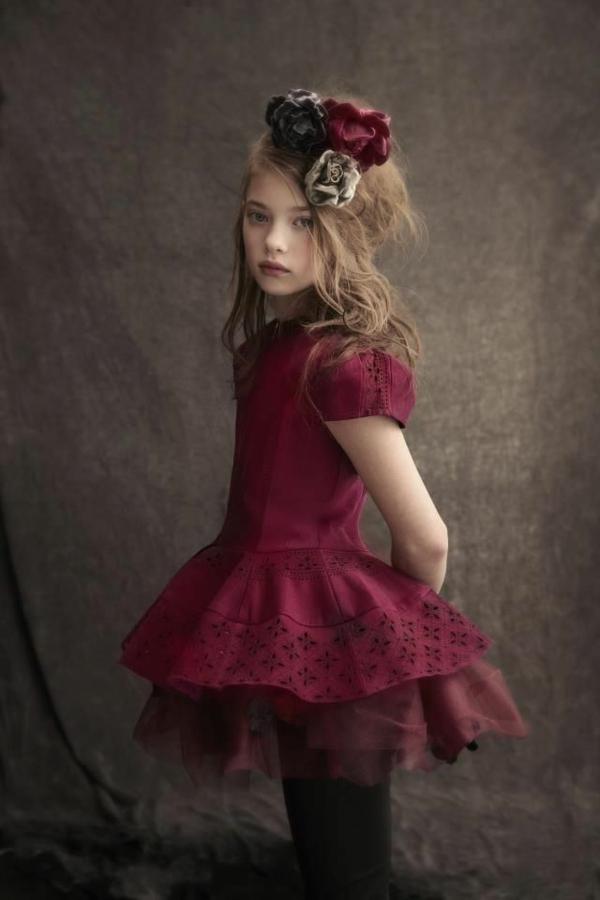 pantone-farbe-marsala-sehr-schönes-kleines-mädchen - super tolles aussehen