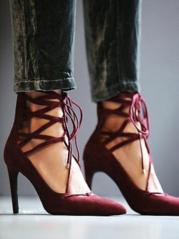 pantone-farbe-marsala-ultramoderne-schuhe und jeans