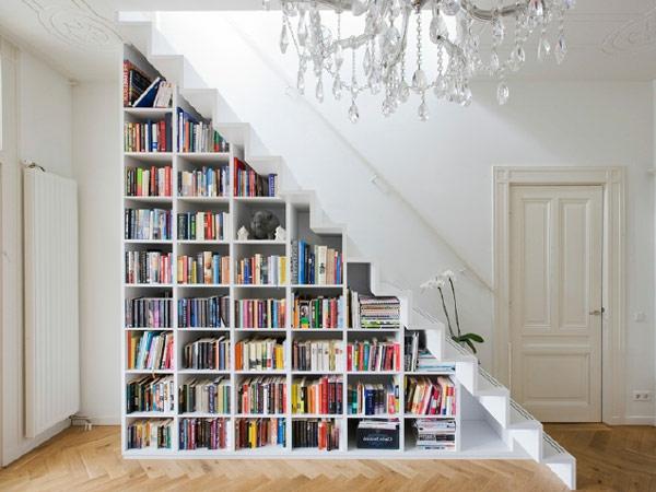 regal-treppe-super-schönes-modell-im-weißen-innenraum