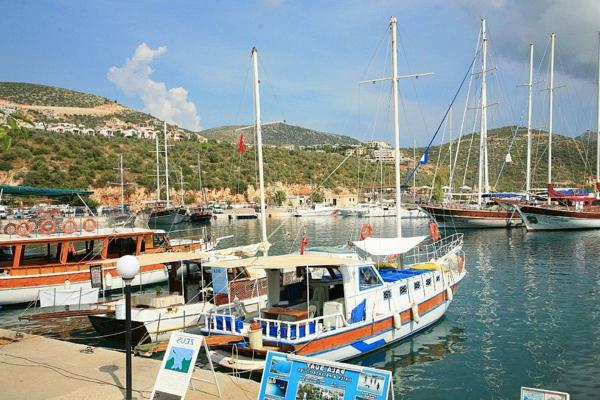reisen-in-die-türkei-schiffe-auf-dem-reinen-wasser