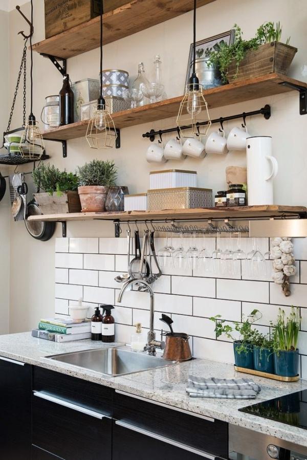 rohes-Küchen-Design-schwarze-Küchenschränke-hölzerne-Regale-Waschbecken-Kaffeetassen