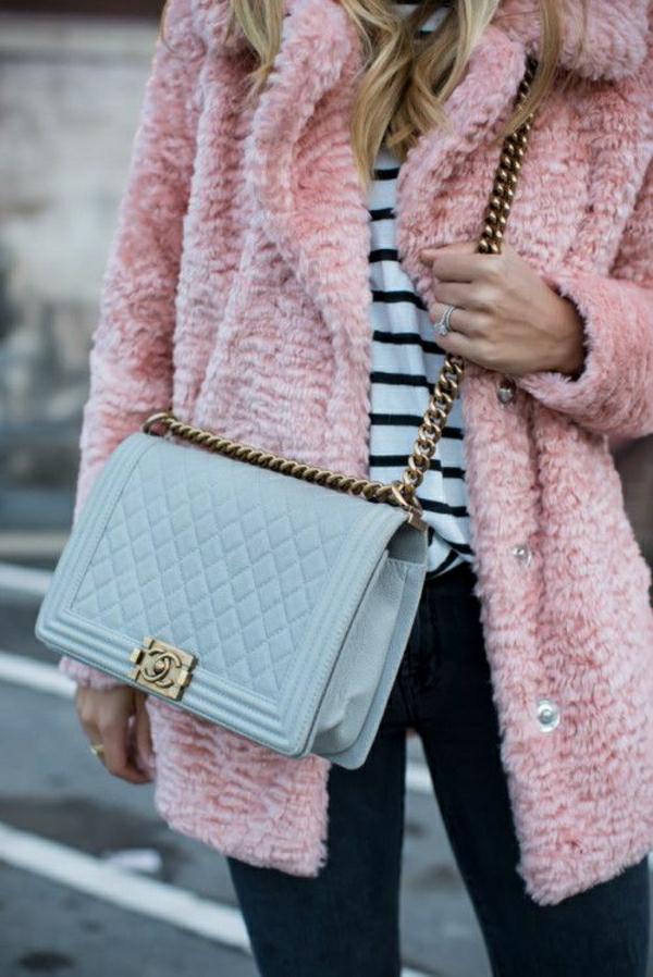 rosa-Mantel-blaue-Tasche