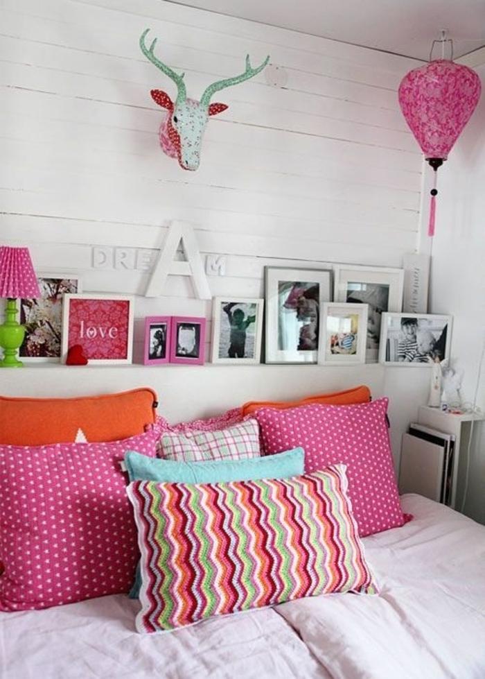 rosa-Schlafzimmer-Boho-Elemente-Kissen-Lampe-Fotos
