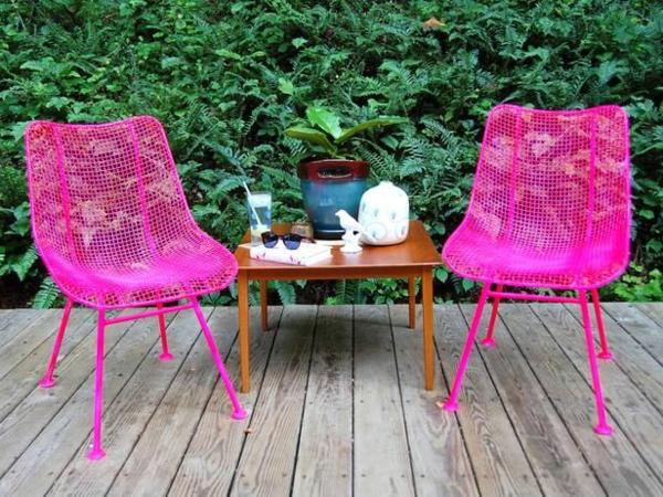rosige-gartenstühle-kleiner-dekorativer-tisch