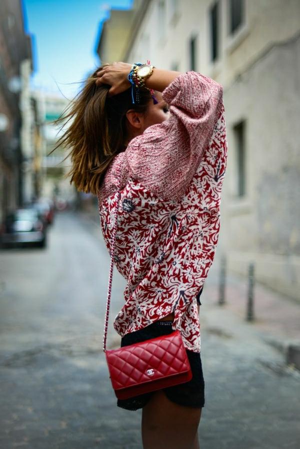 rote-Chanel-Tasche-bunter-Pullover