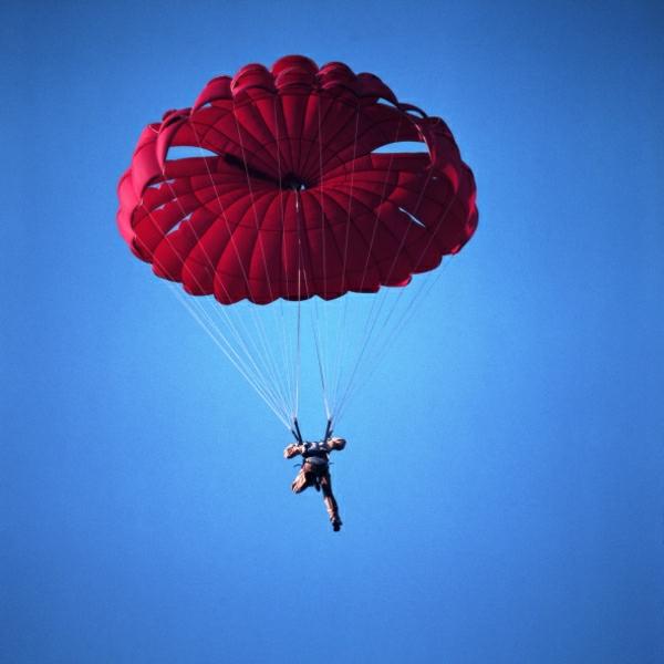 roter-Fallschirm-Mann-Himmel-fliegen-alleine