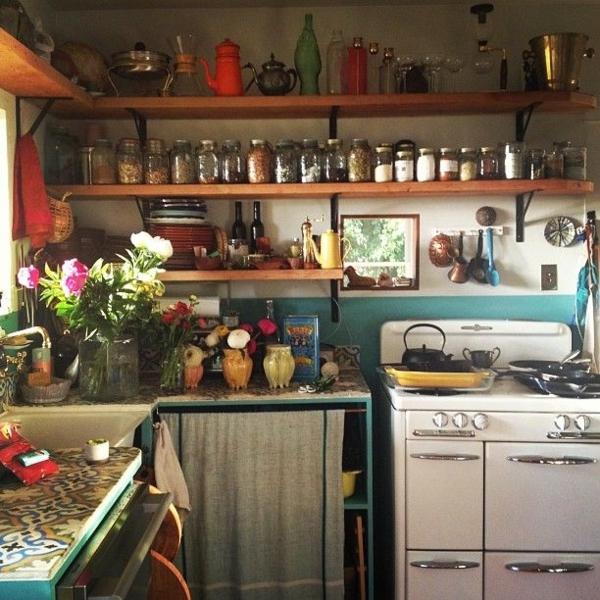 rustikal-Landhausküchen-Einweckgläser-Blumen-Herd
