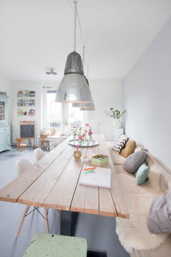 rustikale-Küche-Esstisch-Strickkissen-Blumen-industriale-Leuchten