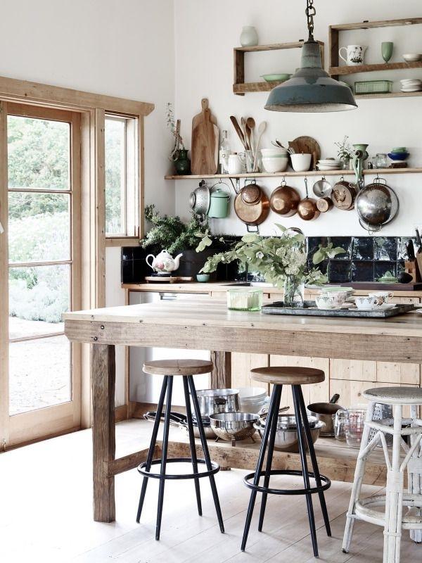 rustikale-Küche-natural-Grün-Holz-Vintage-Leuchte-Esstisch-aus-Massivholz-Hocker-Pfannen