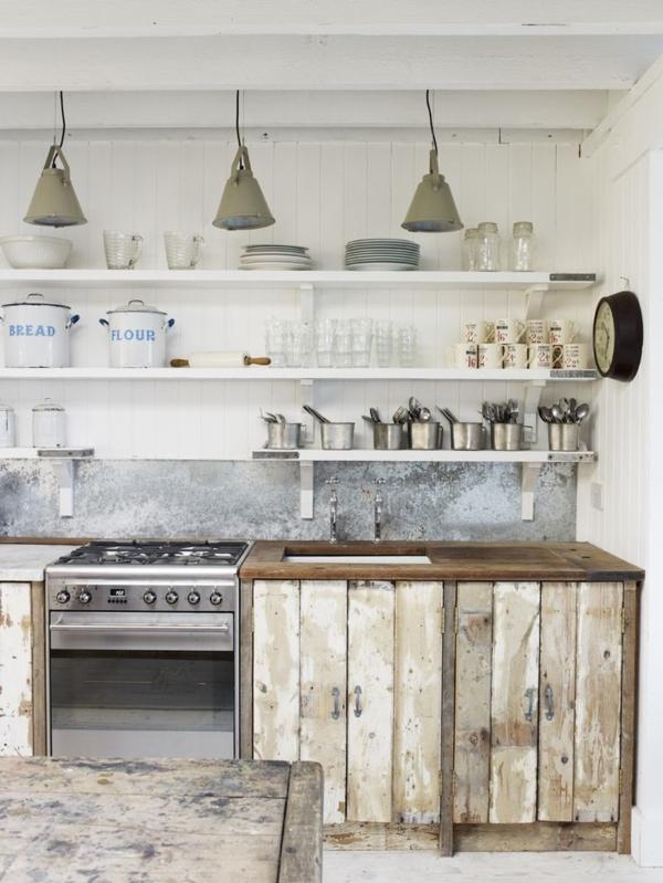 rustikale-Küche-veraltete-Möbel-weiße-Wände-Töpfe-Regale-Herd-Geschirr