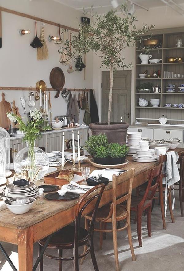 rustikale-Küche-Blumentöpfe-unterschiedliche-Stühle-graue-Regale-Pfannen