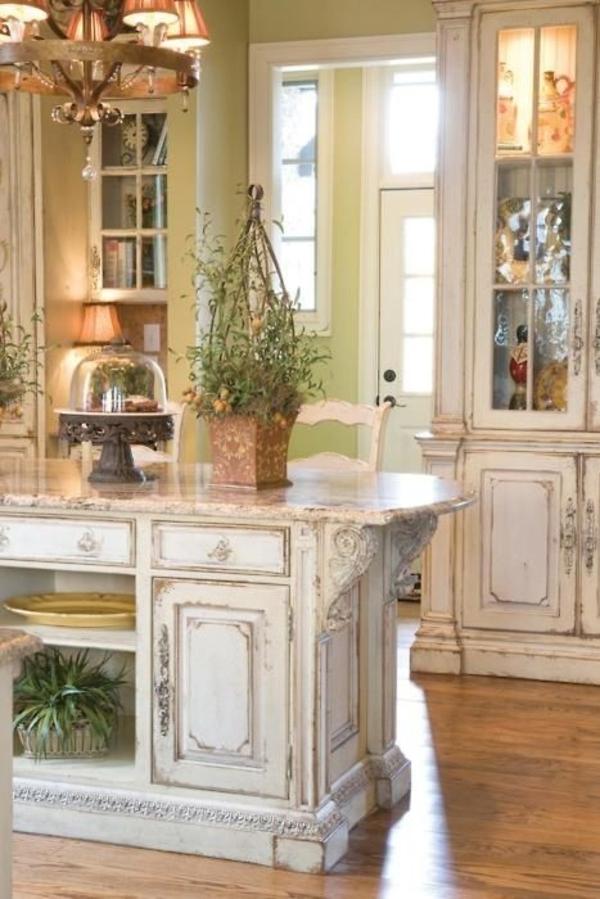 schöne-Vintage-Küche-Kochinsel-Kronleuchter-grüne-Wände