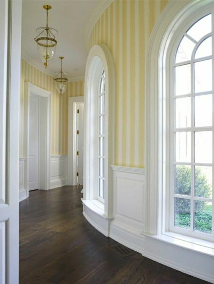 schöne-Wandgestaltung-weiß-gelbe-Streifen