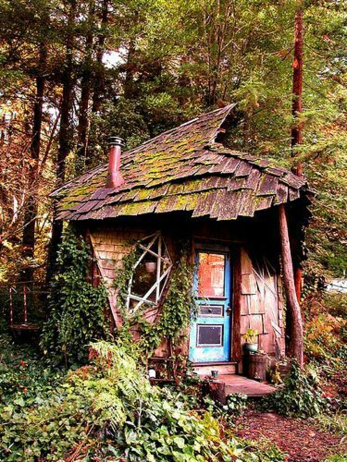 schiefes-Gartenhäuschen-Wald-blaue-Tür-märchenhaft