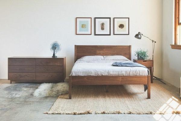schlafzimmer-aus-massivholz-drei-bilder-an-der-wand
