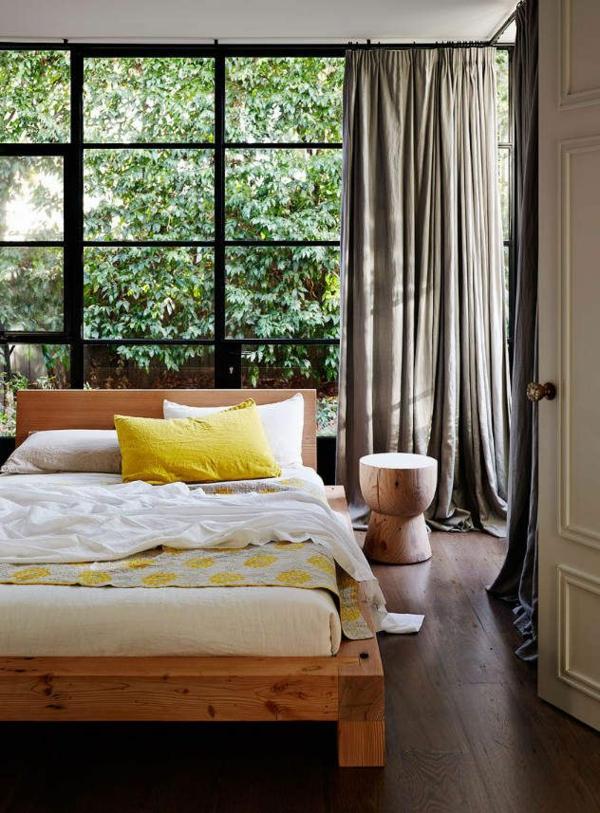 schlafzimmer-aus-massivholz-gläserne-wände