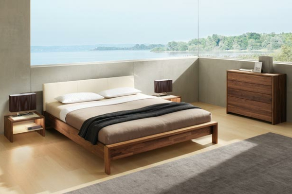 schlafzimmer-aus-massivholz-großes-fenster