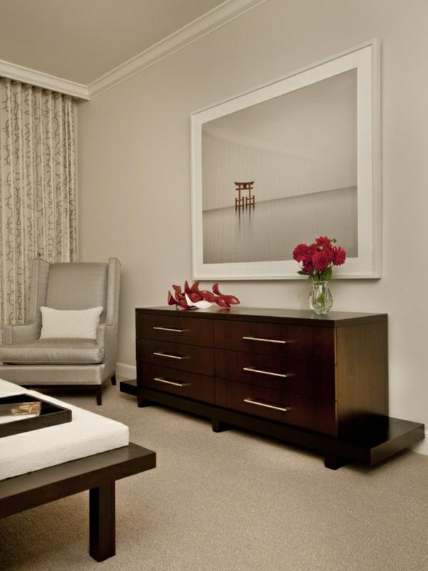 schlafzimmer-aus-massivholz-hölzerner-schrank-mit-schubladen