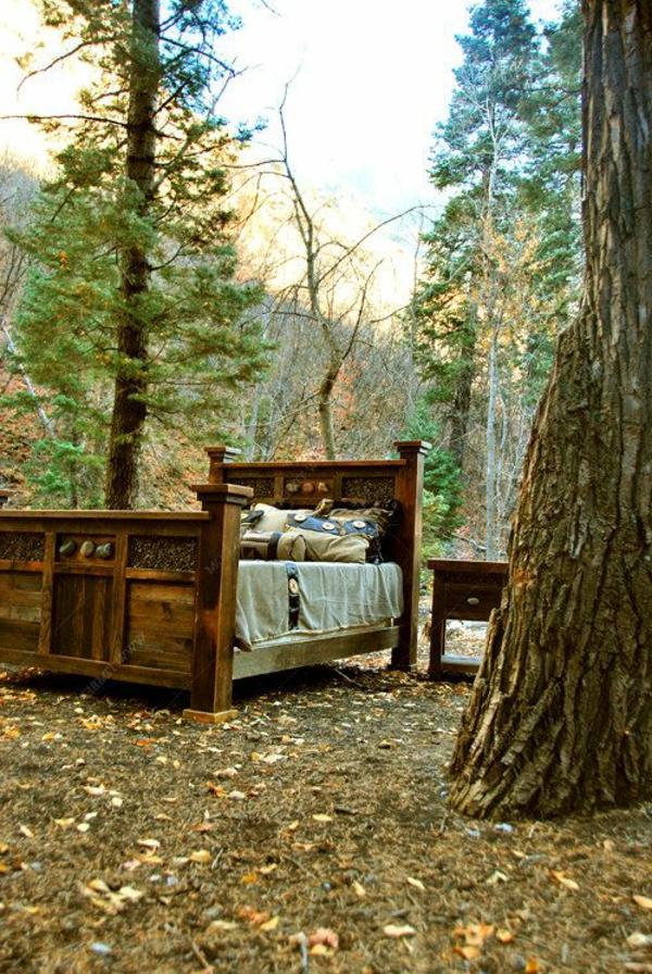 schlafzimmer-aus-massivholz-hölzernes-bett-design-im-wald