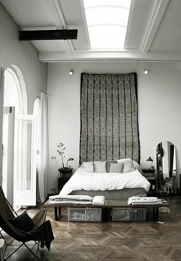 schlafzimmer-aus-massivholz-hohe-zimmerdecke