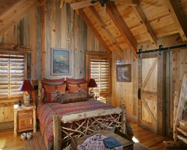 schlafzimmer-aus-massivholz-interessante-zimmerdecke