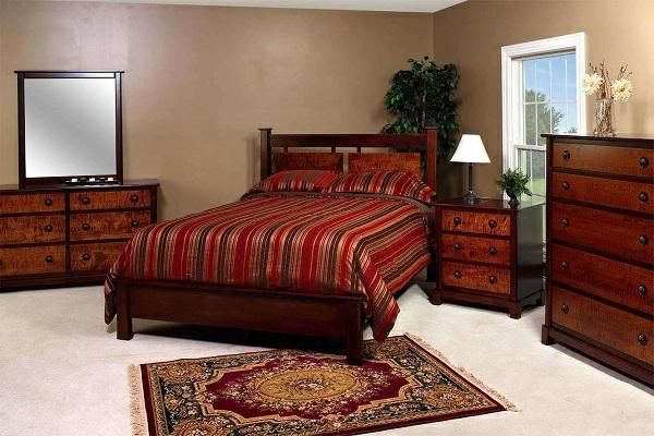 schlafzimmer-aus-massivholz-rote-bettwäsche