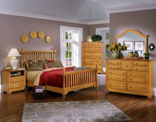 schlafzimmer-aus-massivholz-wunderschöe-teller-an-der-wand- weiße lampe